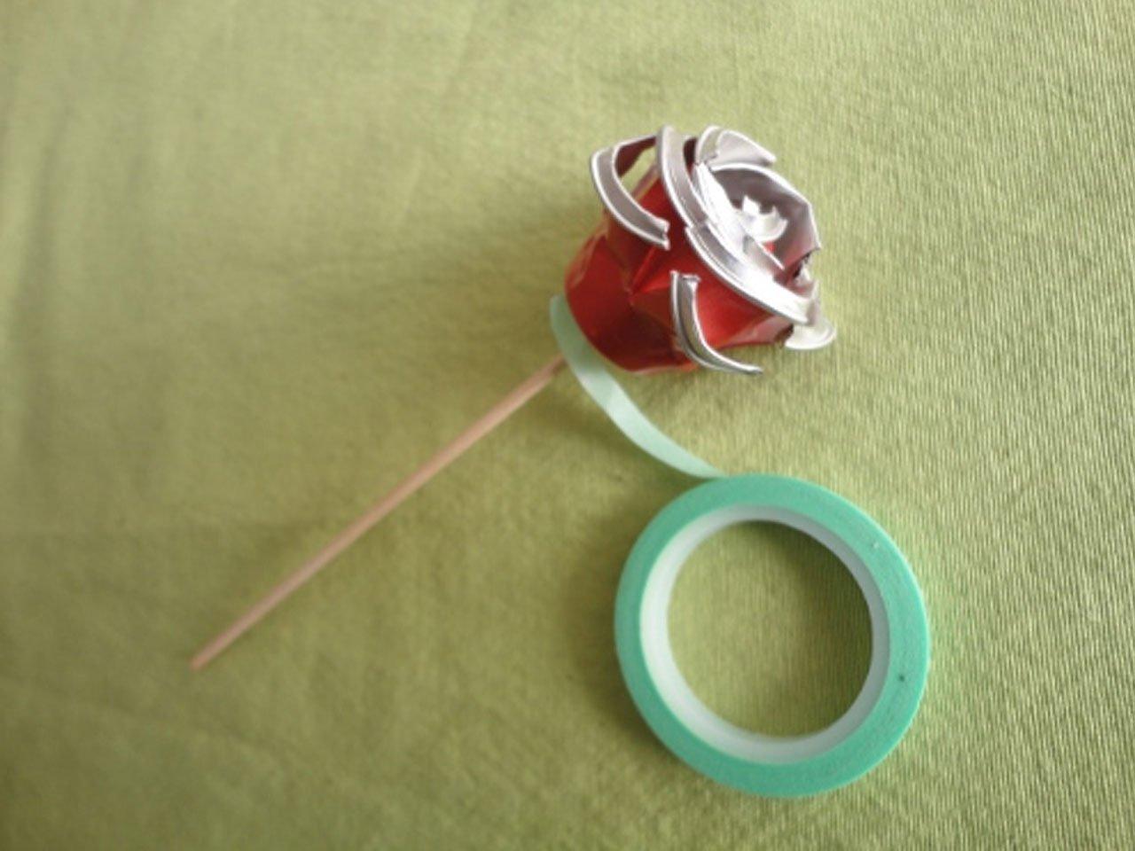 Para hacer más realista la rosa pintamos o forramos con washi tape el tallo.