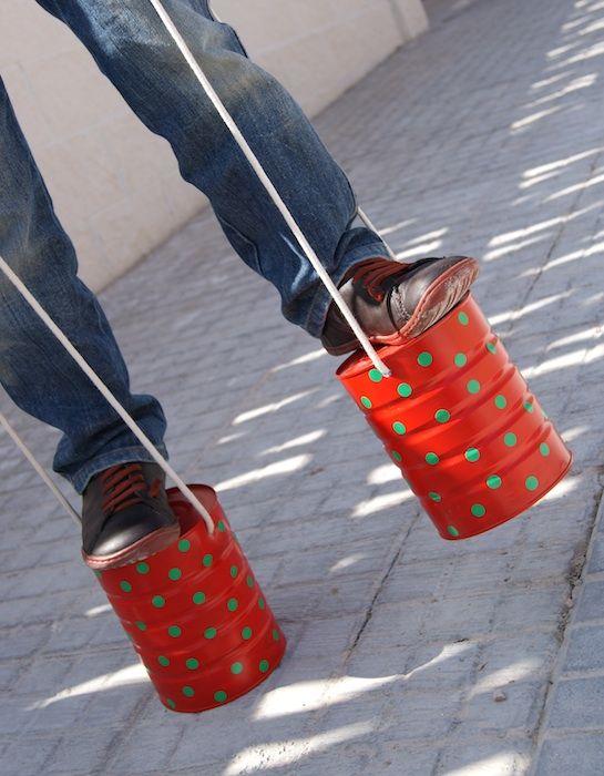 Zancos reciclados con latas