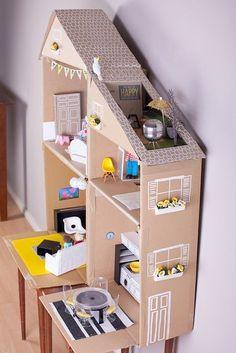una casita de muñecas hecha con cartón: