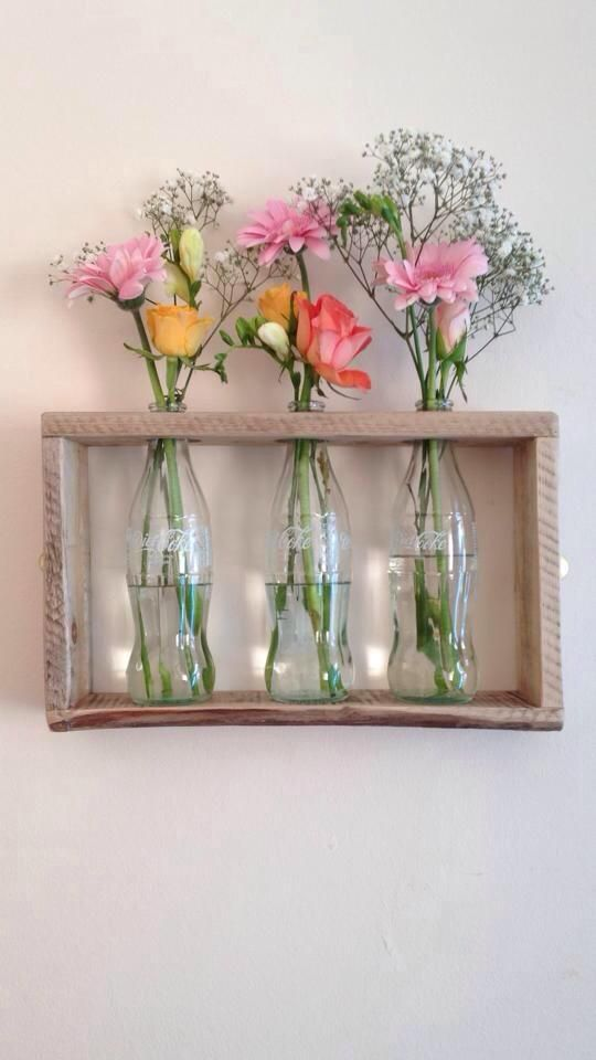 Caja y botellas recicladas para decorar