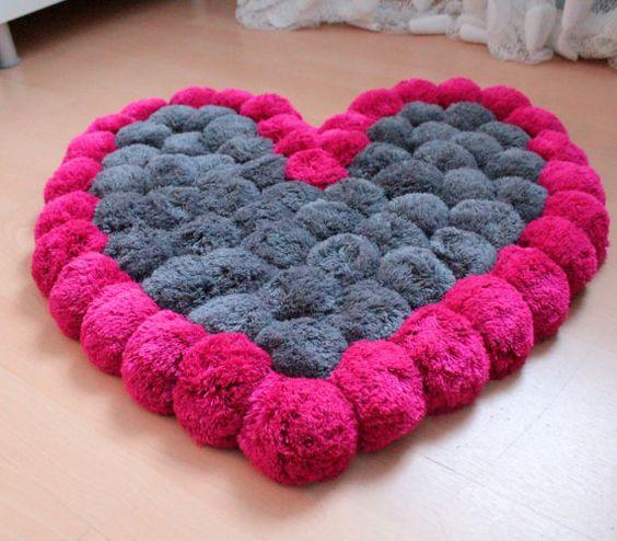 alfombra con forma de corazón reciclada para decorar habitaciones en aniversarios