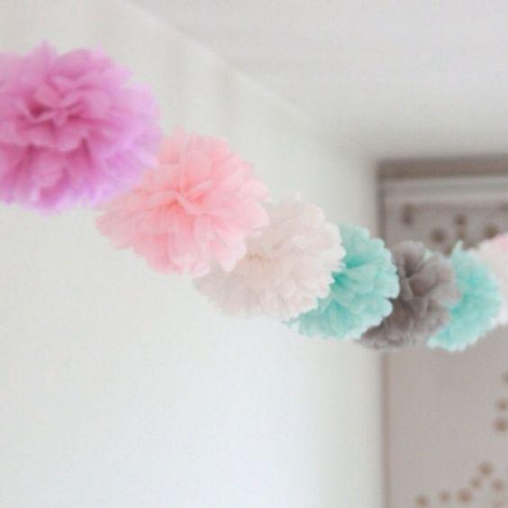 Pompones de flores con papel barrilete para colgar