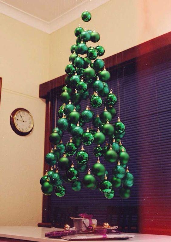 Árbol de bolas recicladas para navidad