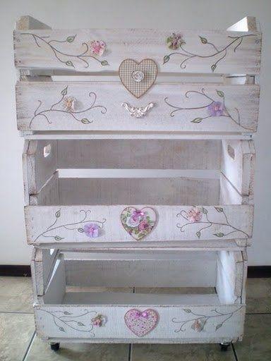 mueble vintage reciclado de caja de fresas