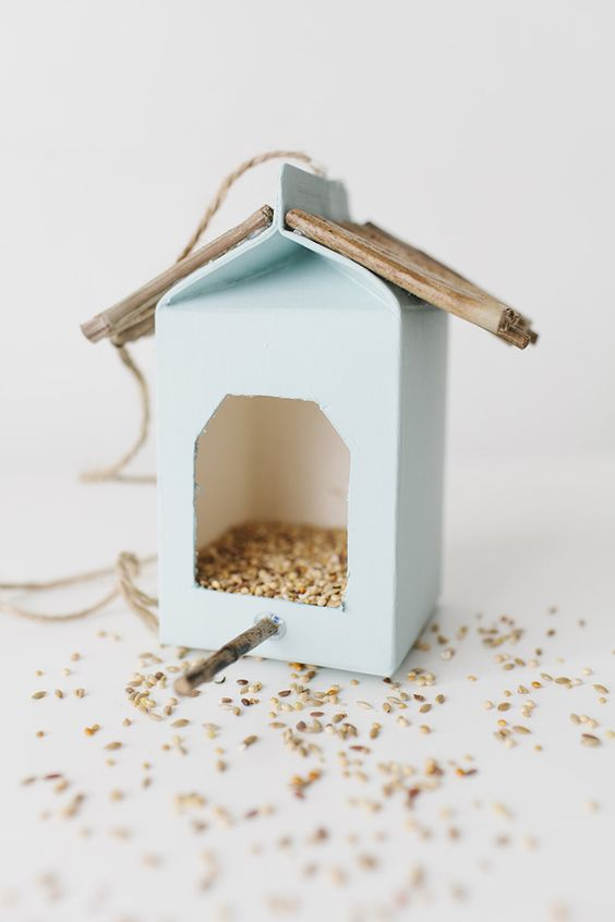 Milk Carton Bird Feeders // Casitas para pájaros hechos con cartones de leche: