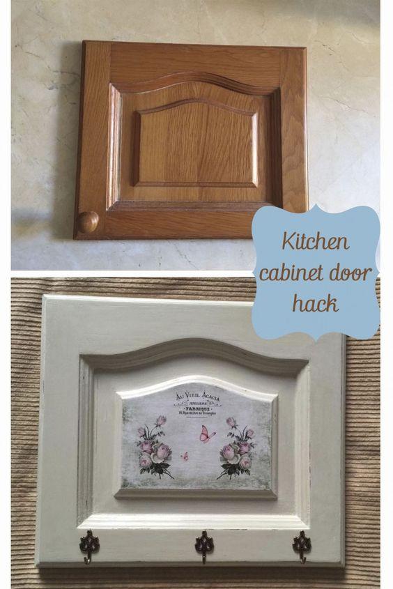 De puerta de armario de cocina a perchero reciclando una puerta vintage
