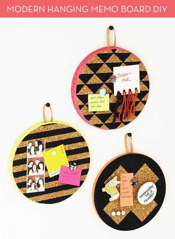 Tableros redondos hechos con corcho y aros de tejer.