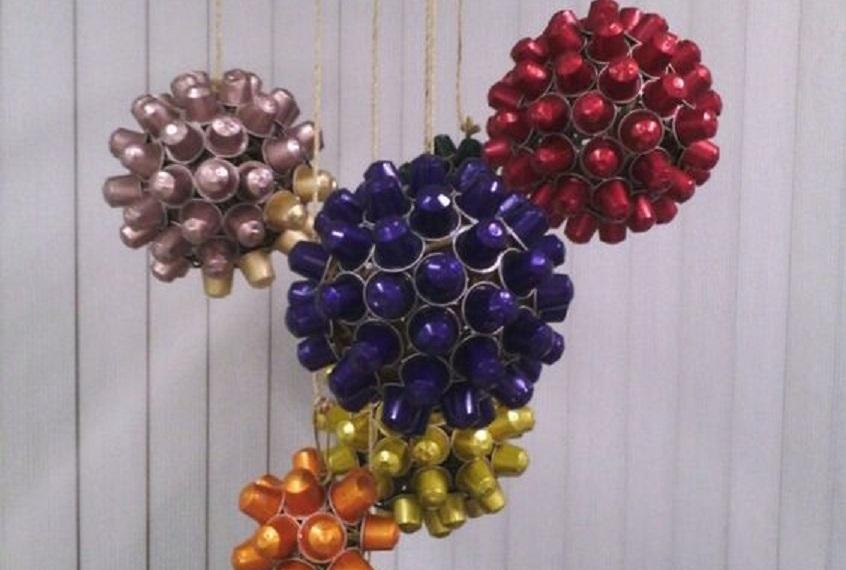 4 ideas f ciles de bolas de navidad con c psulas nespresso - Manualidades con bolas de navidad ...