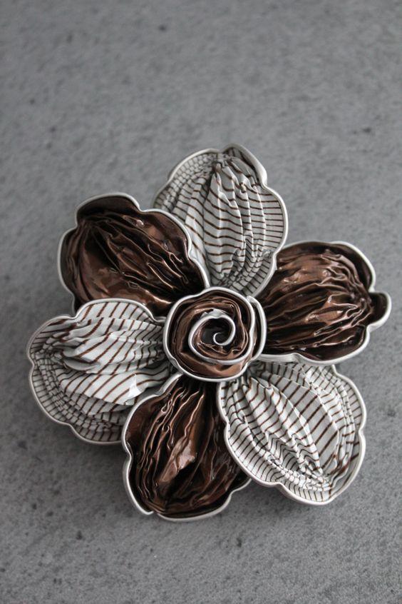 broche florar de capsulas de café