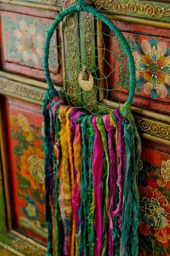 Este precioso atrapasueños Rainbow Falls mide 7 pulgadas alrededor y es alrededor de 28 pulgadas de largo, lo que es una adición perfecta a su habitación hippie, boho o casa de campo! Dreamcatchers hacer decoraciones de la boda maravillosa, decoración de la pared, adornos infantiles y regalos bien amados. Esta pieza es enteramente hecho a mano por mí, amorosamente creados con telas hermosas Feria, mano cinta de seda sari teñido, hilado de plátano, seda vintage adornado con granos de cerámica...: