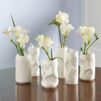 Latas de refresco pintadas de blanco como jarrones