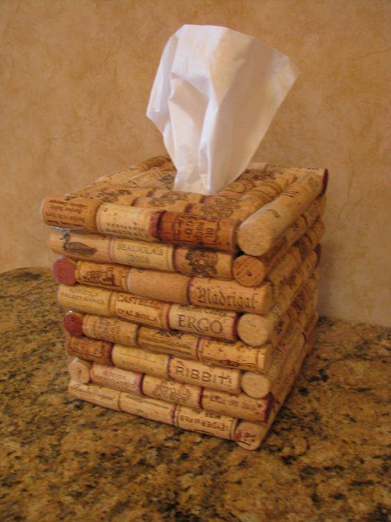 Recycled Wine Cork Tissue Holder. DIY craft Natural decoration Eco Pretty fancy stuff to hold the tissue box +++ Caja para pañuelos de papel realizado con tapones de corcho de botella de vino reciclados reutilizados Manualidad Facil barata Decoracion de baño