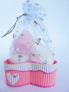 Un lindo regalo para Baby Shower …..en carton corrugado de colores , para poner adentro un regalito.:
