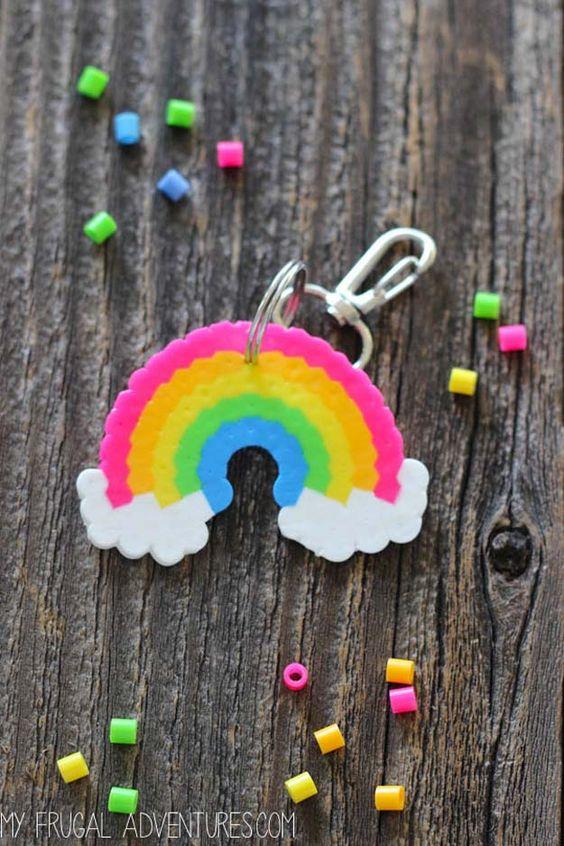 Mejor DIY del arco iris manualidades ideas - Rainbow Perler Bead llavero - Diversión proyectos de bricolaje con los arco iris hacer sitio fresco y decoración de la pared, Parte y ideas de regalo, ropa, joyas y accesorios para el cabello - Ideas impresionantes y paso a paso tutoriales para adolescentes y adultos, niñas y tweens http://diyprojectsforteens.com/diy-projects-with-rainbows~~number=plural: