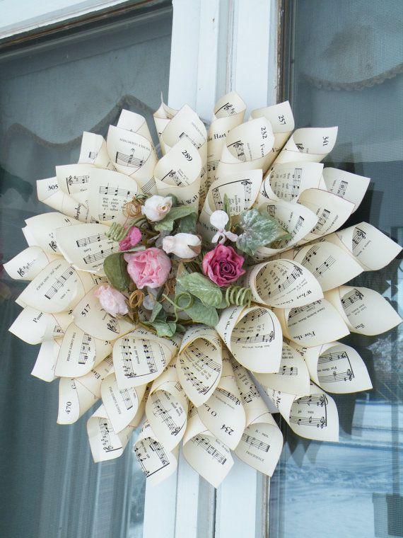 centro de flores con papeles de libros