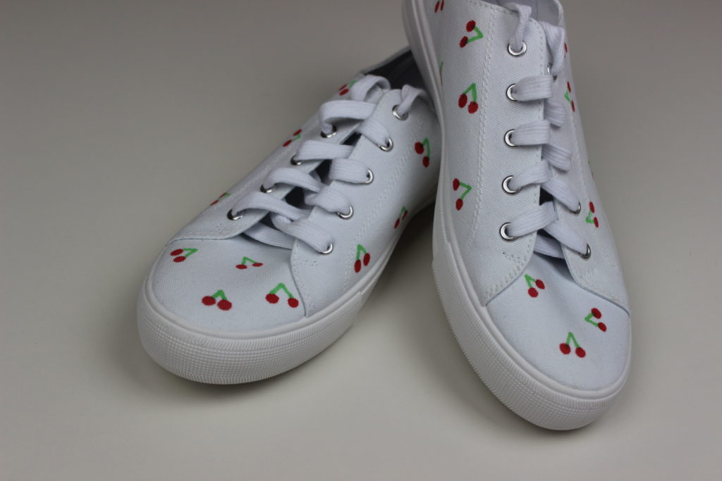 zapatillas blancas decoradas con rotuladores