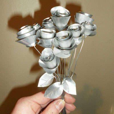 flores de papel de aluminio y latas