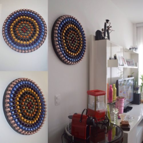 reciclar capsulas para decorar la pared