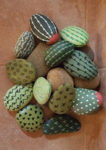 pedres pintades reciclades per decorar