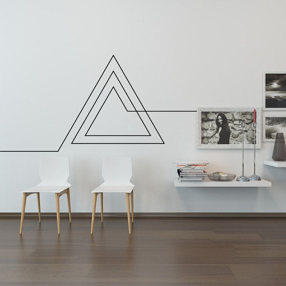 una decoracion de pared con masking tape