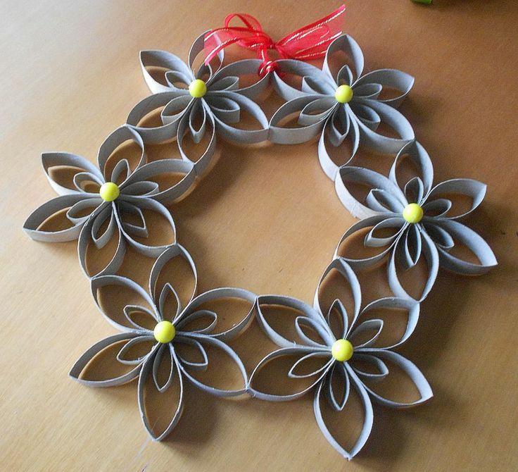 Corona navideña floral con tubos de cartón reciclados