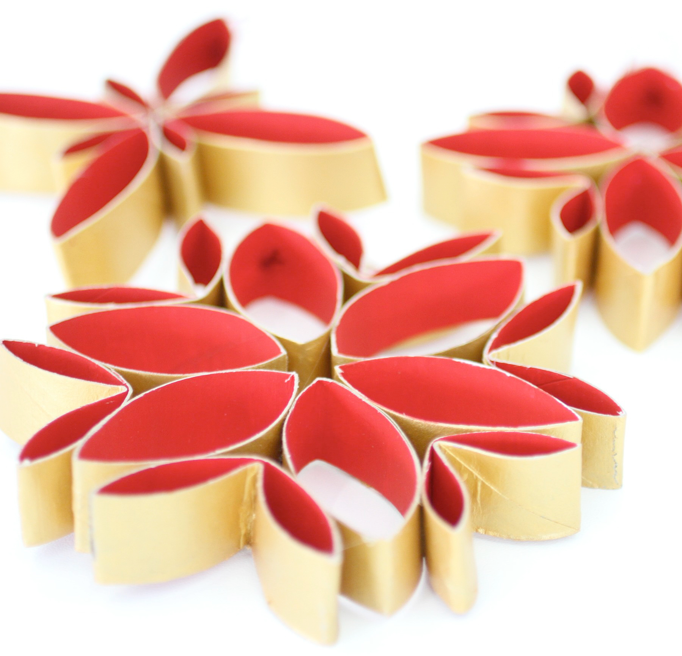 Decoración de navidad de flores con tubos de WC reciclados