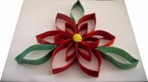 Flor de pascua navideña con tubos de papel de WC