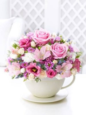 Arreglo floral romántico en taza de eloutletdelamesa.com