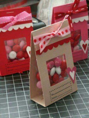 Bolsitas de papel decoradas para chocolates de San Valentín.