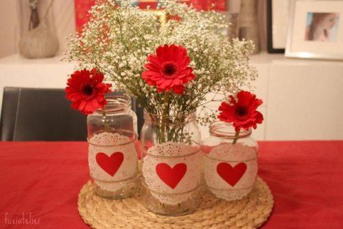 Centro de mesa con tarros de cristal y flores