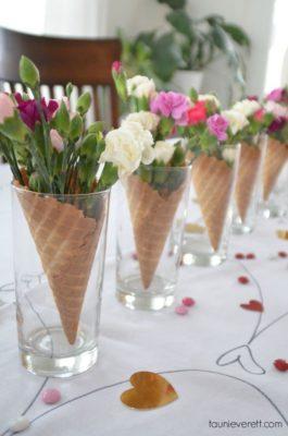 Centro de mesa original con cucuruchos y flores