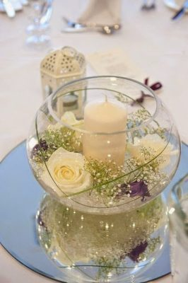 Centro redondo con flores y vela de inspirahogar.com