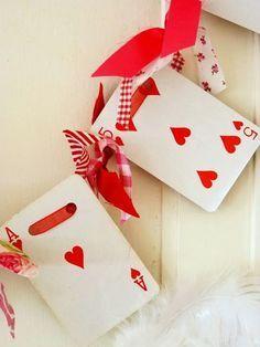 Guirnaldas con cartas de corazones de living lo curto.