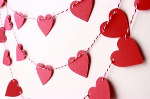 Guirnaldas con corazones de cartulina