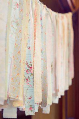 Guirnaldas de tela con aires románticos de bustle events.
