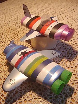 Aviones con botes de Shampoo