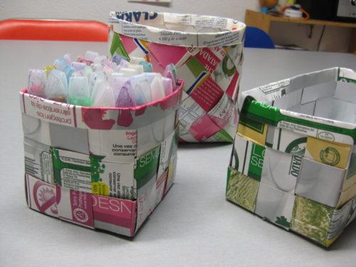 Cestitas con envases de leche recicladas.