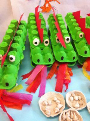 Dragones con cajas de huevos recicladas