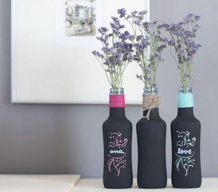 Floreros con botellas de cristal pintadas