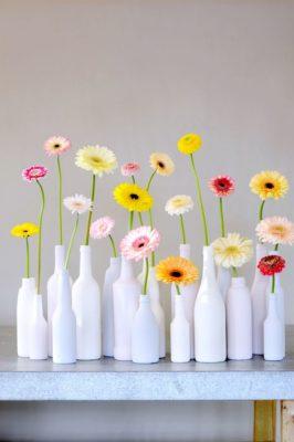 Floreros con botellas pintadas