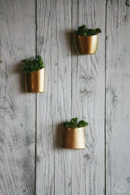 Maceteros dorados para decorar con envases reciclados