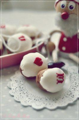 Ornamentos Navideños con nueces y punto de cruz