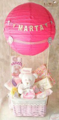 Globo DIY con cesta de cositas para regalar a un bebe.